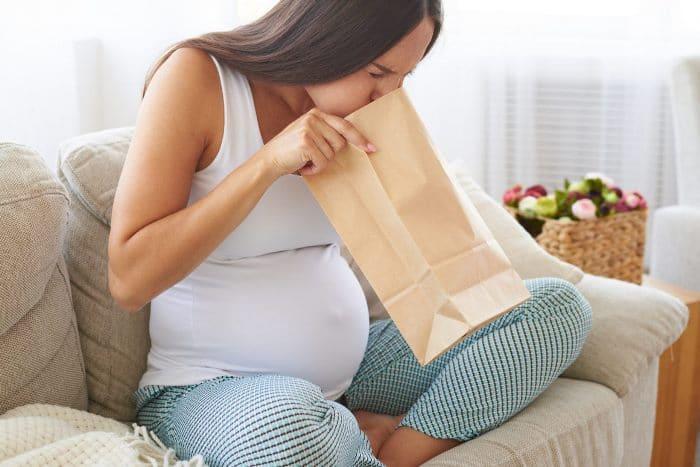 Почему при беременности бывает токсикоз и как его лечить
